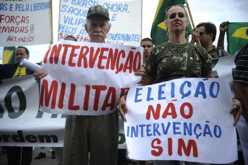 Integrantes da Marcha pela Família com Deus pedem o fim das eleições diretas e a volta da ditadura militar | Fernando Frazão/Agência Brasil