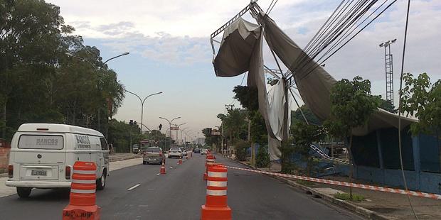 Placa cai sobre rede de alta tensão na avenida Marques de São Vicente | Debora Mendonça/BandNews FM