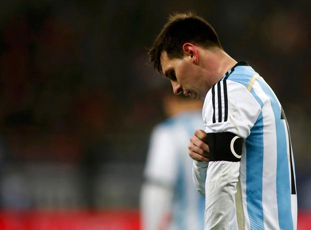 Messi passou mal aos sete minutos de partida | Bogdan Cristel/Reuters