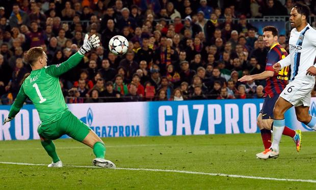 Messi toca na saída do goleiro para marcar o primeiro do Barça | Albert Gea/Reuters