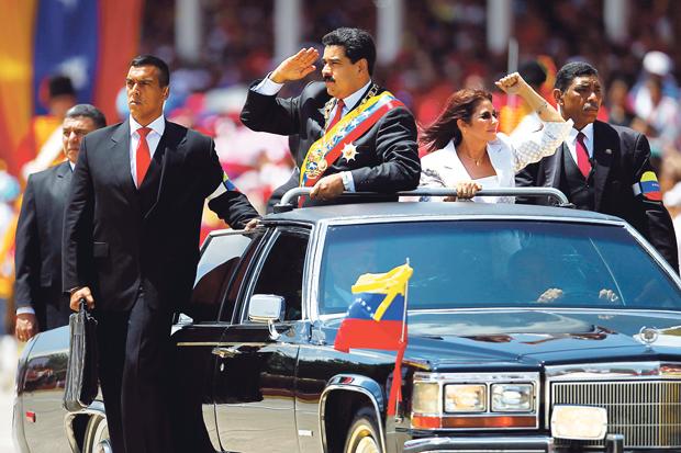 Nicolás Maduro, sucessor de Chávez, comandou uma parada em homenagem ao líder morto | Carlos Garcia/Reuters