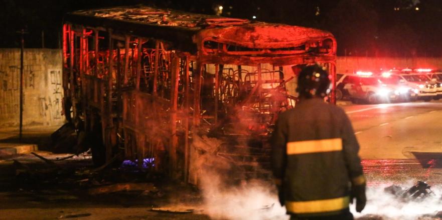 Bombeiro observa o que restou do ônibus queimado   William VolcovBrazil Photo PressFolhapress