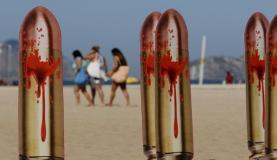 Movimento Rio de Paz promove ato público em memória da juíza Patrícia Acioli. Na areia da praia de Copacabana foram fixadas 21 fotografias de bala de revólver, lembrando os 21 tiros disparados contra a juíza | Arquivo/Agência Brasil