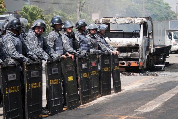 Policias ao lado de caminhão queimado pelo manifestantes | Mauricio Camargo/ Eleven/ Folhapress