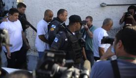 Os três policiais militares acusados de arrastar a auxiliar de serviços gerais Claudia Ferreira chegam para depoimento na delegacia de Madureira | Tomaz Silva/Agência Brasil