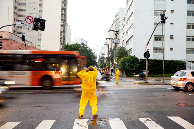Com semáforo apagado, fiscais da CET orientam motorista na Rebouças | André Porto/Metro