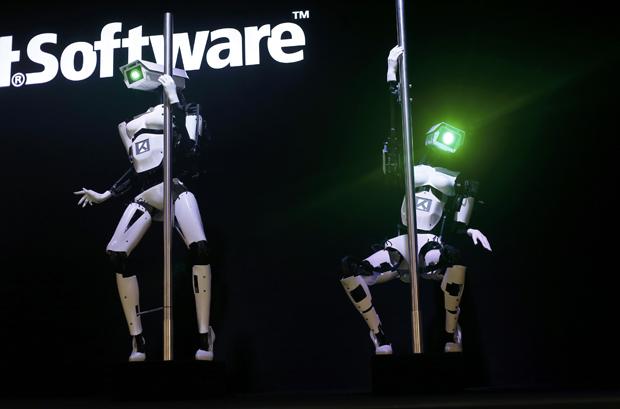 Robôs fazem pole dance em feira na Alemanha | Robôs fazem pole dance em feira de tecnologia na Alemanha | Wolfgang Rattay  / Reuters