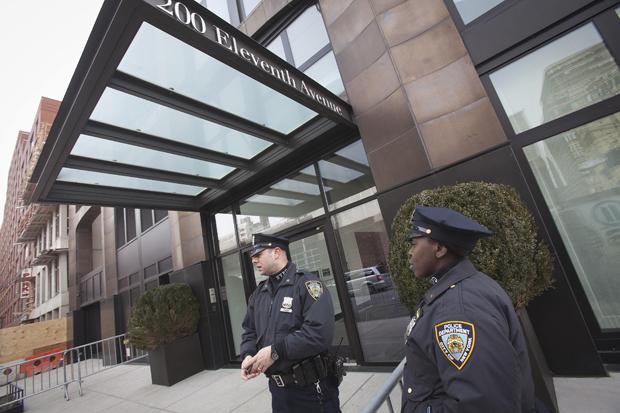 Polícia em frente do prédio onde a estilista L