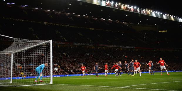 Van Persie (fora da imagem) desloca o goleiro para fazer o terceiro do Manchester | Laurence Griffiths/Getty Images