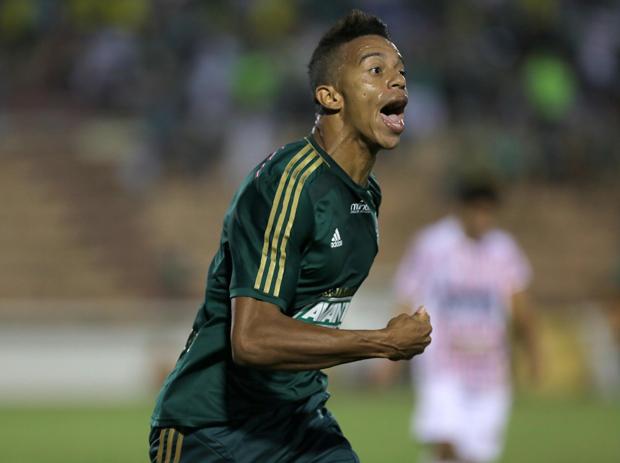 Lateral William Matheus marcou o primeiro gol da partida | Célio Messias/Folhapress