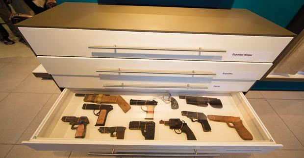 Réplicas de armas apreendidas por agentes penitenciários | André Porto/Metro