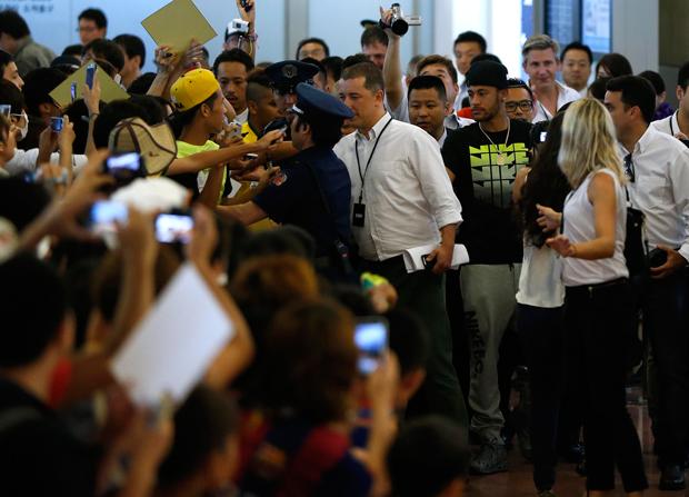 Fãs recebem Neymar no aeroporto de Tóquio com pedidos de autógrafos | Issei Kato/Reuters