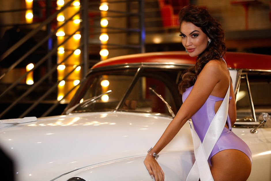 Miss Marília durante ensaio pin-up em salão - Carol Gherardi/Band