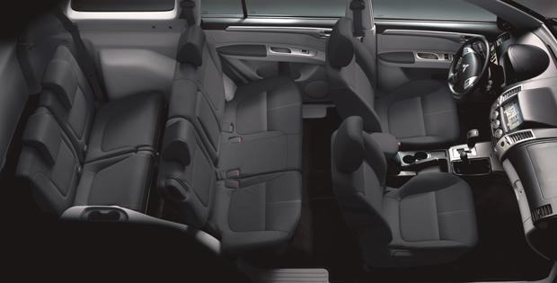 Veículo ainda dispõe de uma tela multimídia de 7'' com GPS, CD, DVD, Bluetooth, câmera de ré e sensor de estacionamento.