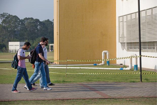 Tubulações estão expostas nos prédios do campus e dentro das salas de aula (no destaque) | André Porto/Metro