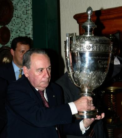 Ex-presidente do Palmeiras, Affonso della Monica ergue taça da Copa Rio conquistada pela equipe em 1951 | Fernando Santos/Folhapress