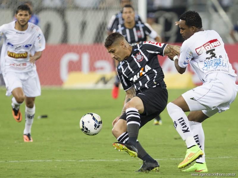 Guerrero cercado por jogadores do Bragantino | Daniel Augusto Jr/Agência Corinthians