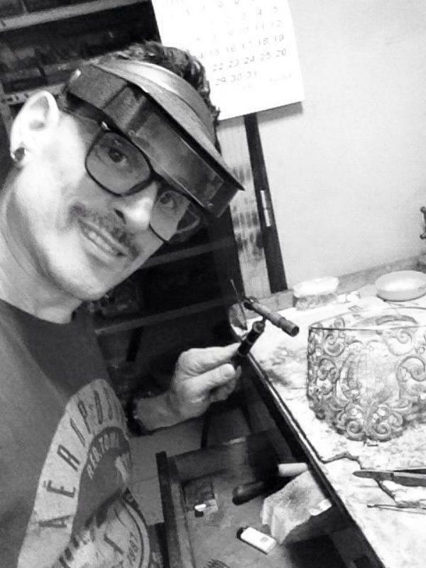 Pedro Muraro confeccionando uma de suas joias. Foto: Arquivo pessoal