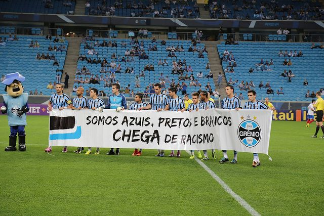 Jogadores entraram em campo com faixa contra o racismo | Divulgação/Grêmio