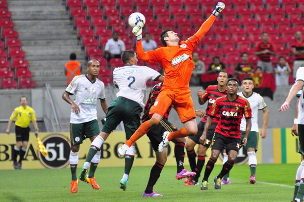 Goleiro Fabio falha no lance do primeiro gol do Sport | Anderson Stevens/Eleven/Folhapress