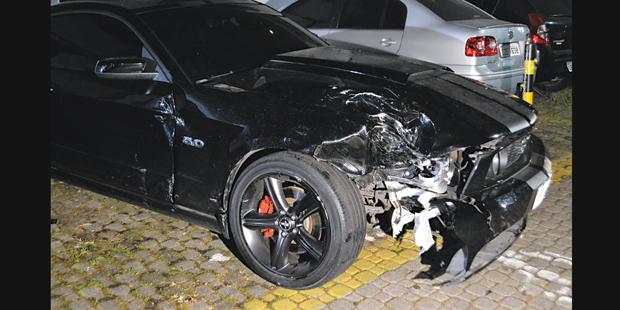 Frente de Mustang ficou parcialmente destruída com o impacto | Edu Silva/Futura Press