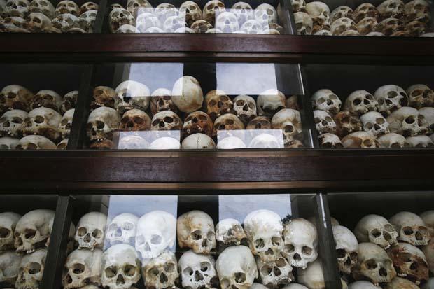 Crânios são expostos em memorial em homenagem às vítimas do Khmer Vermelho no Camboja | Damir Sagolj