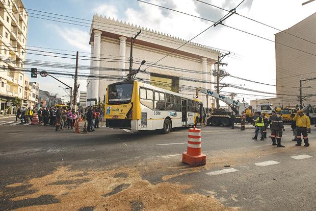Ônibus destruiu parte do portão do templo | Eduardo Anizelli/Folhapress