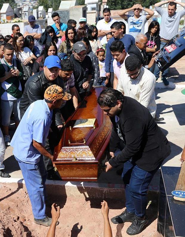 Sepultamento ocorreu no Cemitério da Paz, em Caieiras na Grande São Paulo / Alessandro Rodrigue