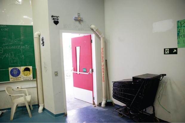 Tubulações estão expostas nos prédios do campus e dentro das salas de aula | André Porto/Metro
