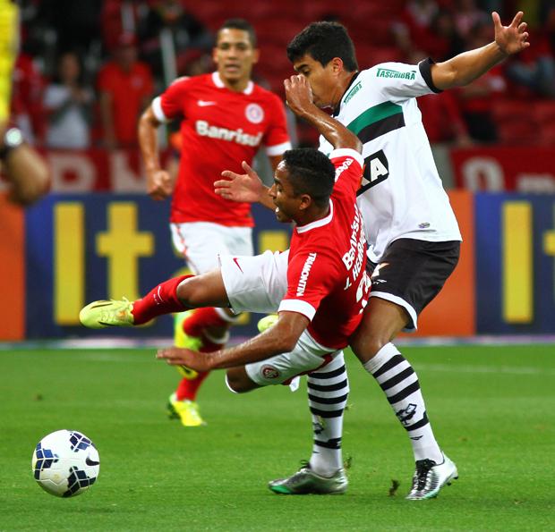 Jorge Henrique, do Inter, em lance com Nem, do Figueirense | Lucas Uebel/Getty Images
