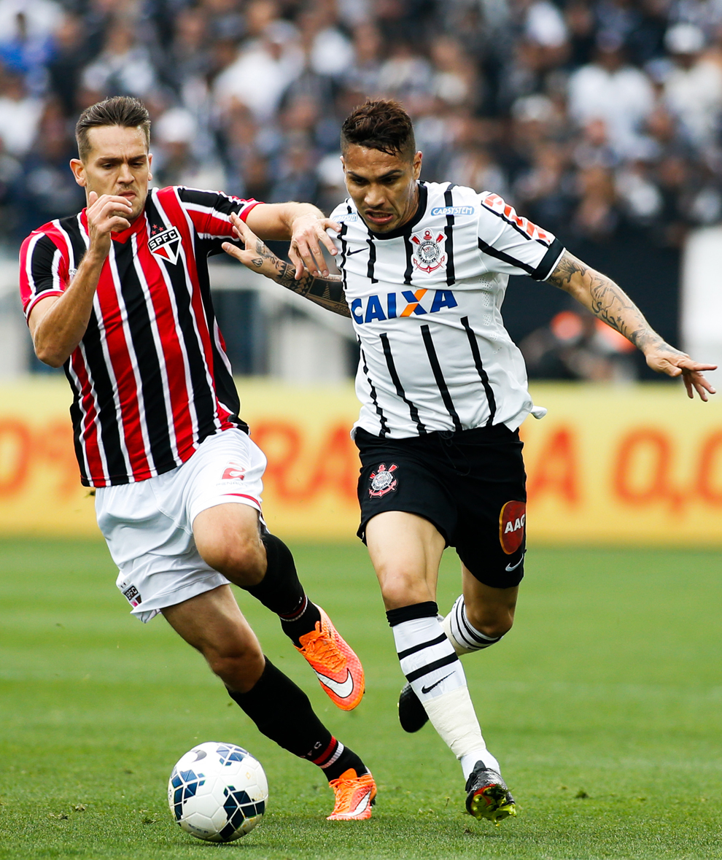Guerrero disputa jogada com Toloi no Itaquerão | Alexandre Schneider/Getty Images