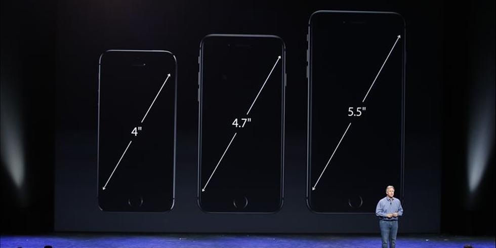 Vice-presidente da Apple, Phil Schiller mostra a diferença no tamanho da tela dos novos iPhones | Stephen Lam/Reuters