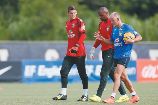 Ex-goleiro Taffarel orienta Jefferson e Rafael Cabral | Rafael Ribeiro/CBF
