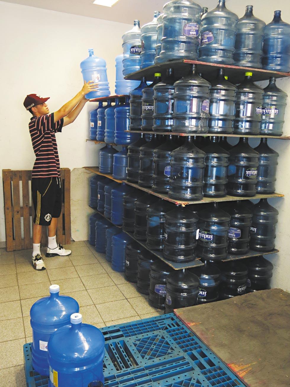 Estoque de galões em distribuidora de água | Marcelo D'Sants/Frame/Folhapress