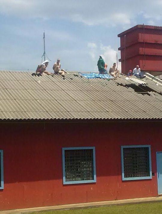 Dois detentos foram jogados do telhado em rebelião no Paraná | Divulgação / Sindarspen