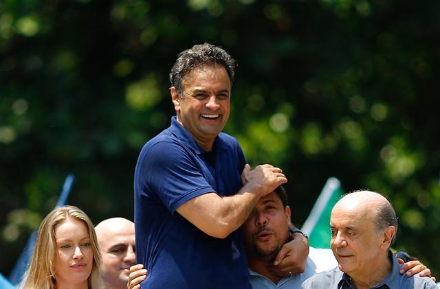 Acompanhado pelo senador eleito José Serra, Aécio Neves é carregado por Ronaldo durante campanha | Ricardo Moraes/Reuters