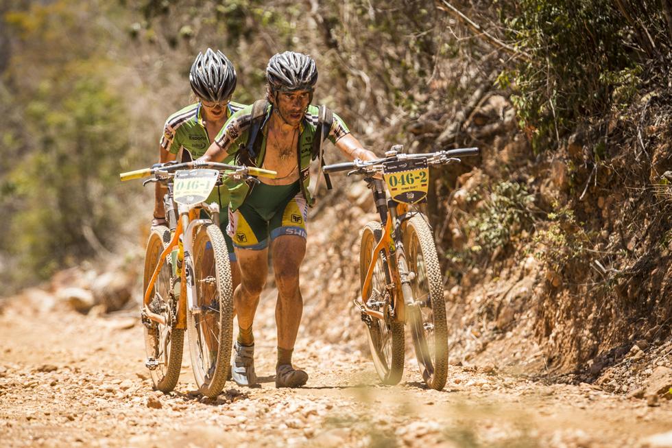 O português Tiago Ferreira e seu parceiro, o campeão mundial de XCM (2012), o grego Periklis Ilias | Fábio Piva/ Brasil Ride