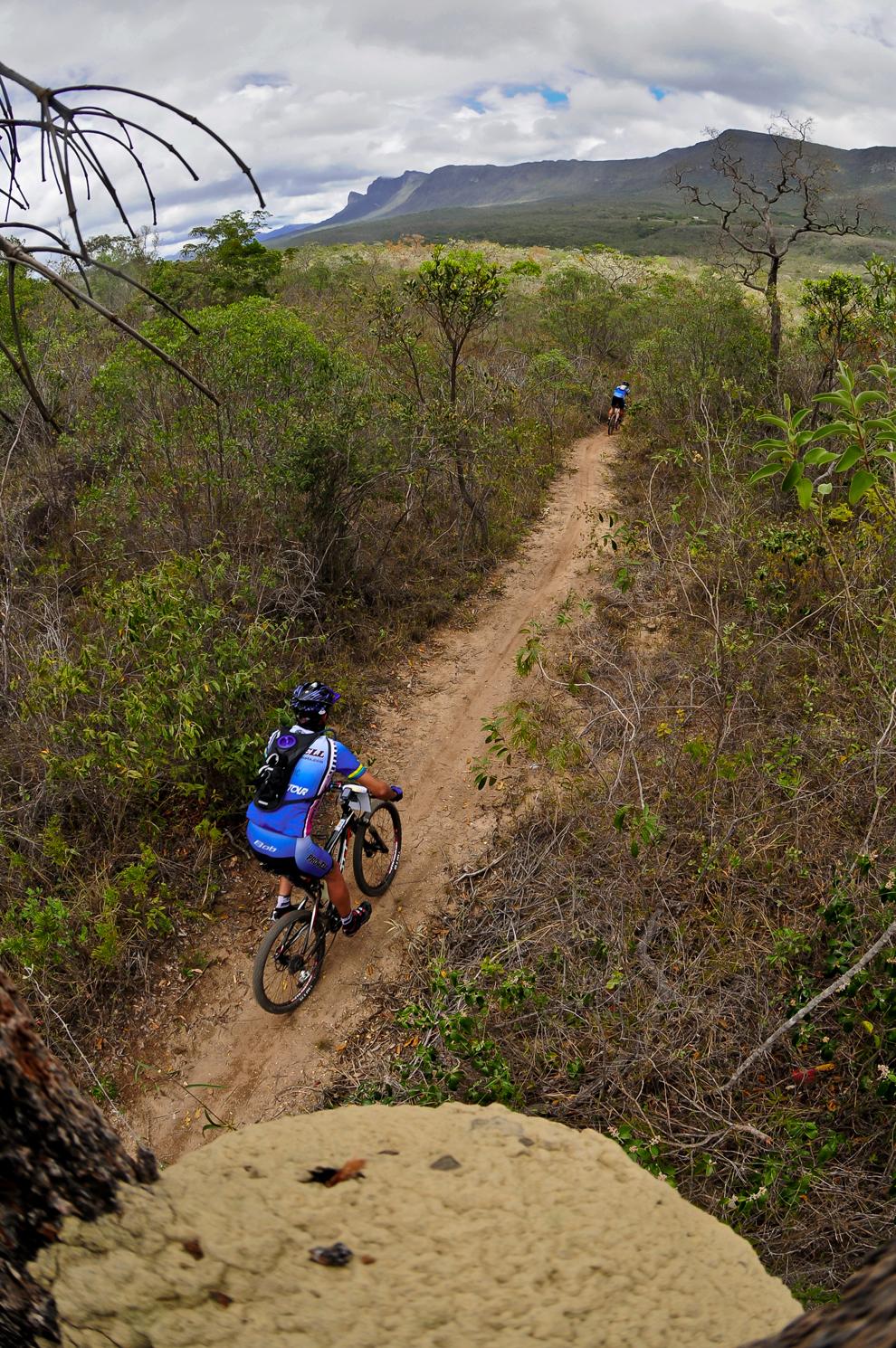 Ciclista avança por trilha em Mucugê, na Chapada Dimantina, na Bahia |  Alexandre Cappi/Brasil Ride