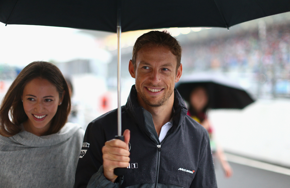Jenson Button passeia com a esposa, a modelo Jessica Michibata, pelos boxes de Suzuka | Clive Mason/Getty Images