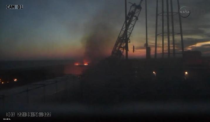 Plataforma de lançamento em chamas após a explosão do foguete | Reprodução/TV Nasa