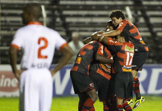 Jogadores do Oeste comemoram o gol de Régis, para tristeza dos lusitanos | José Luis Silva/AGIF/Folhapress