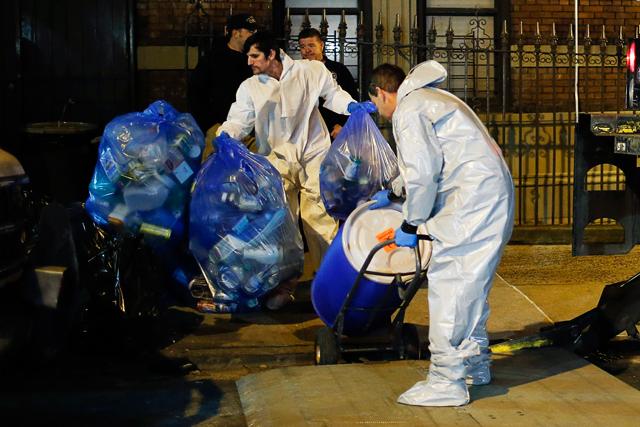 Equipes fazem a remoção de resíduos contaminados em Nova Jersey | Eduardo Munoz/Reuters