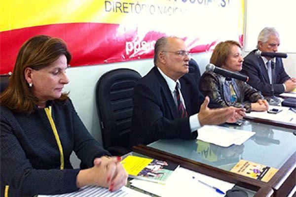 Freire (centro) comunica a decisão do PPS | Divulgação/ Assessoria PPS