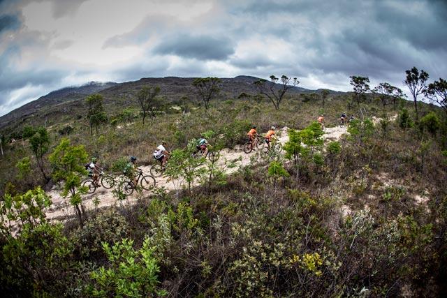 Ciclistas sofrem com o calor nos 1.880 m de subidas acumuladas nesta 5ª etapa da ultramaratona de MTB | Fábio Piva/ Brasil Ride