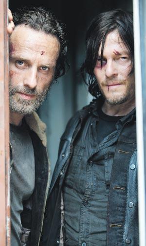 Rick Grimes (Andrew Lincoln, à esq.)  e Daryl Dixon (Norman Reedus) começam a quinta temporada presos | Divulgação