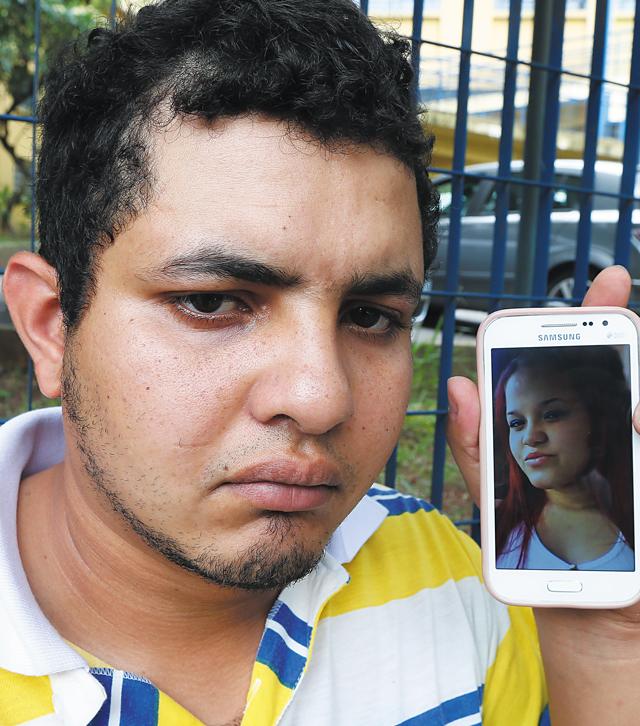 O marido Antônio Marcos com foto de Mariana | Robson Ventura/Folhapress