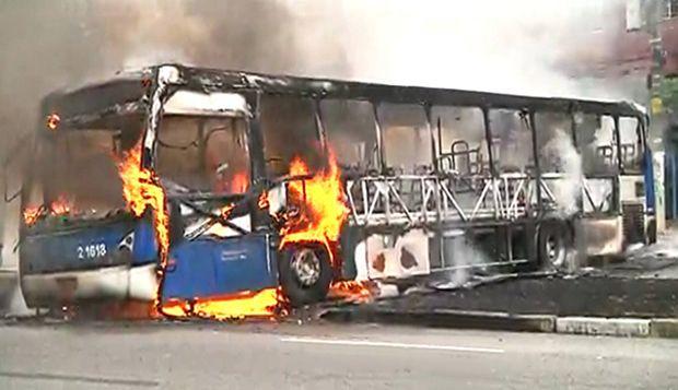 Ônibus incendiado pelos moradores | Reprodução/Band