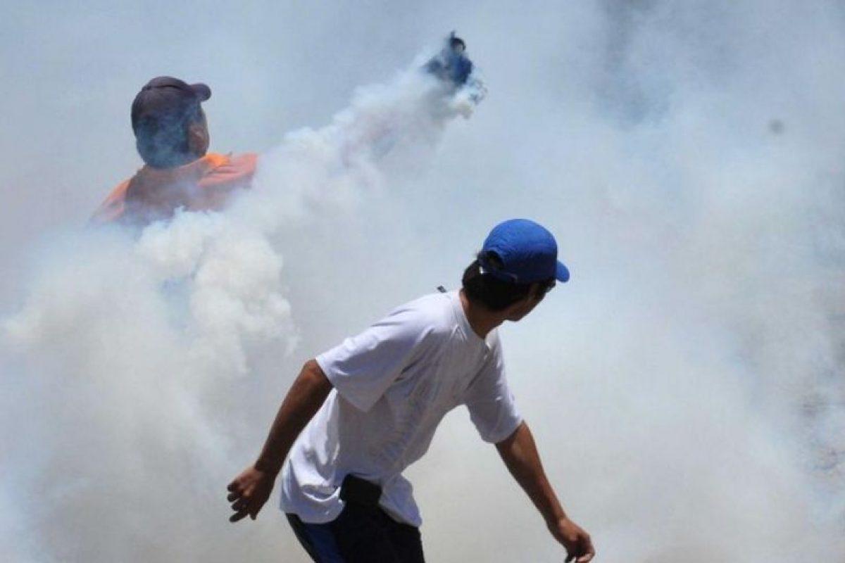Cargadores de la Zofri de Iquique provocaron disturbios en la afueras del recinto, enfrentándose con Carabineros, debido a las malas condiciones de trabajo. (UPI). Imagen Por: