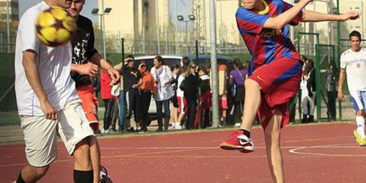 Justin Bieber no se aguantó y jugó a la pelota con la camiseta del Barcelona
