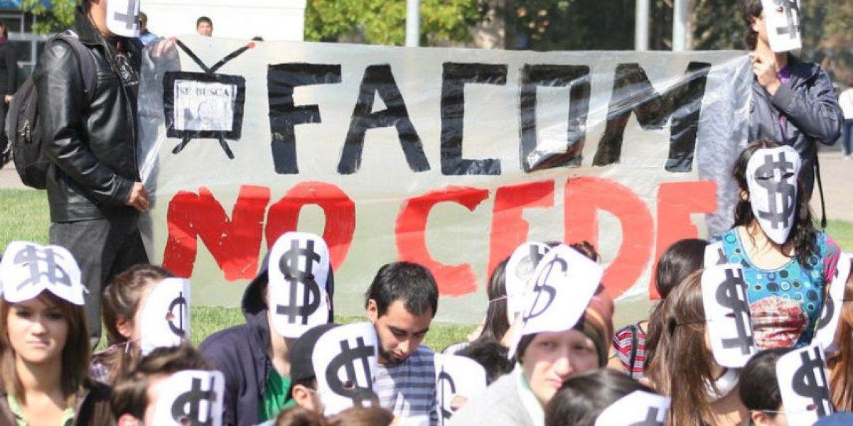 Estudiantes de la Central protestan frente a la Moneda